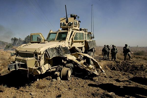 vehicule-MRAP-détruit-par-une-mine