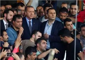 Le président turc Tayyip Erdogan (C) avec ses partisans à l'aéroport Ataturk à Istanbul, Turquie juillet 16, 2016. REUTERS / Huseyin Aldemir