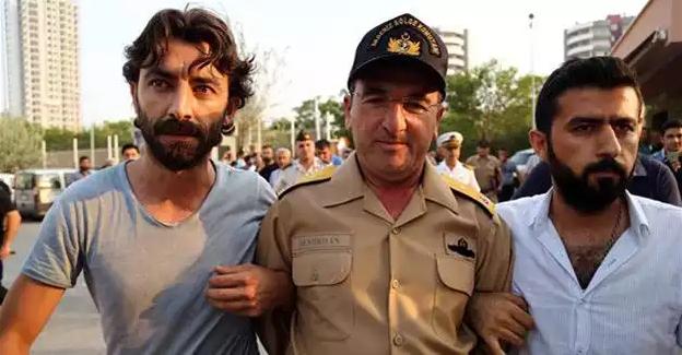 Le commandant turc de la région maritime méditerranéenne de la Turquie, l'Amiral Nejat Atilla Demirhan (au centre) a été arrêté à Mersin