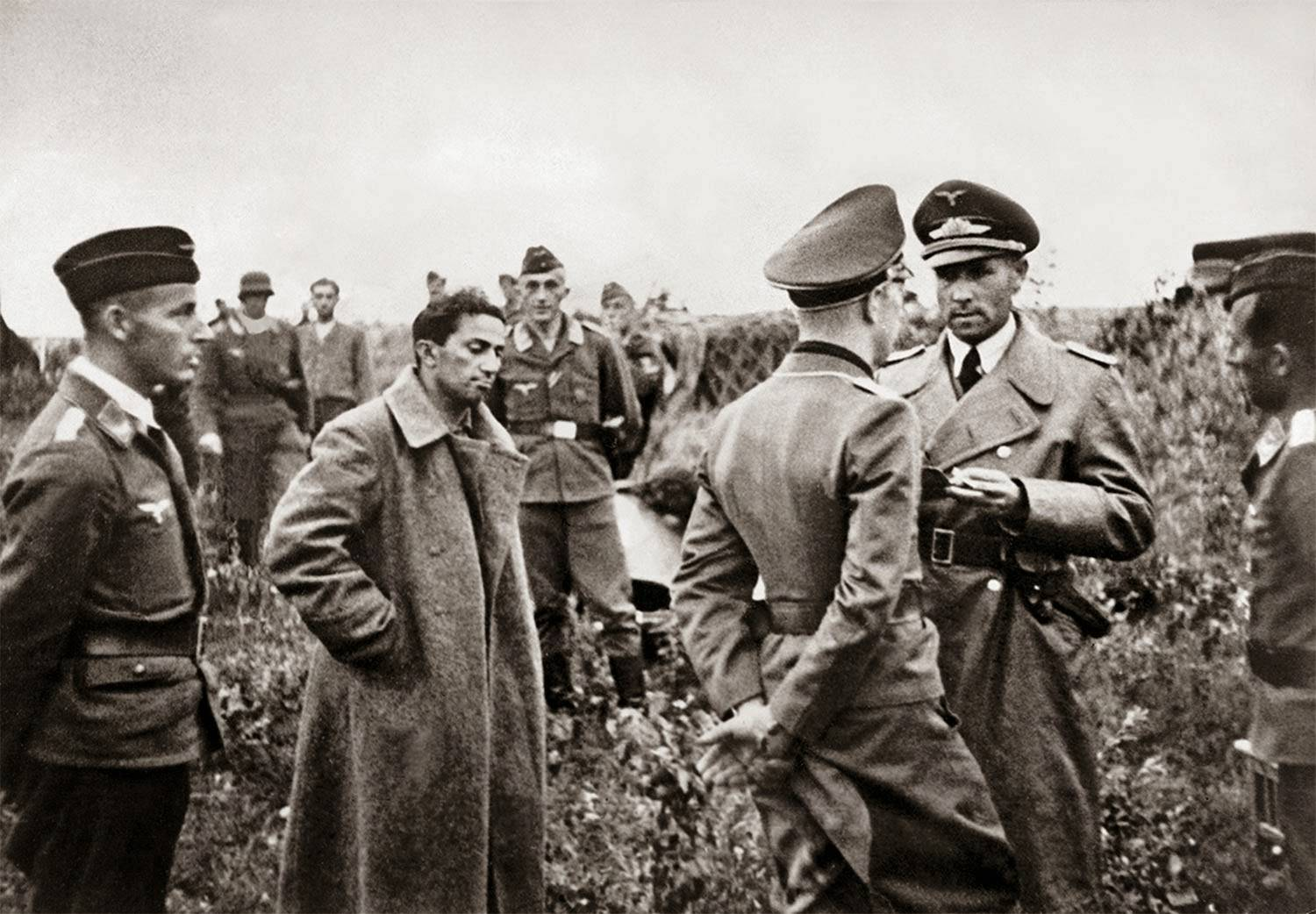 stalins_son_yakov_dzhugashvili_captured_by_the_germans_1941_1