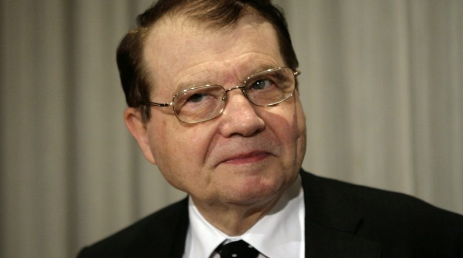 Dr. Luc Montagnier, co-discover of the Human immunodeficiency virus (HIV), arrives for a news conference at the National Press Club in Washington May 8, 2009. Montagnier and Dr. Robert Gallo, co-discover of HIV, on Friday called for a renewed intensity in HIV/AIDS research worldwide. REUTERS/Yuri Gripas (UNITED STATES HEALTH SCI TECH HEADSHOT) - GM1E5581RXK01